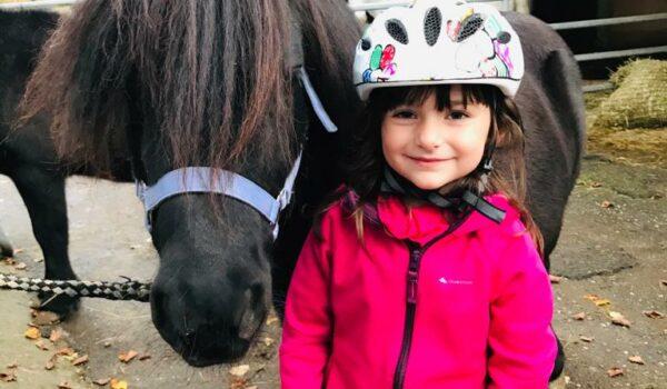 Kind neben Pony